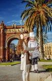 Μητέρα και παιδί κοντά Arc de Triomf στη Βαρκελώνη που εξετάζει το χάρτη Στοκ Εικόνες