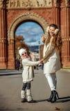 Μητέρα και παιδί κοντά Arc de Triomf της Βαρκελώνης Στοκ Φωτογραφία