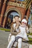 Μητέρα και παιδί κοντά Arc de Triomf της Βαρκελώνης Στοκ εικόνα με δικαίωμα ελεύθερης χρήσης