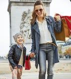 Μητέρα και παιδί με τις τσάντες αγορών στο Παρίσι που πηγαίνει προς τα εμπρός Στοκ Εικόνες