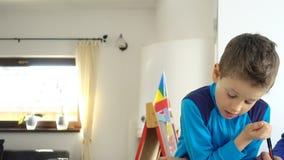 Μητέρα και παιδί που κάνουν τη σχολική εργασία, ζουμ έξω φιλμ μικρού μήκους