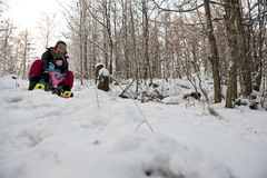 Μητέρα και παιδί που πηγαίνουν προς τα κάτω σε ένα έλκηθρο χιονιού Στοκ φωτογραφίες με δικαίωμα ελεύθερης χρήσης