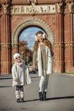Μητέρα και παιδί που στέκονται κοντά Arc de Triomf στη Βαρκελώνη Στοκ εικόνες με δικαίωμα ελεύθερης χρήσης