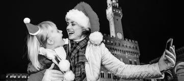 Μητέρα και παιδί στα καπέλα Χριστουγέννων που παίρνουν selfie στη Φλωρεντία Στοκ φωτογραφία με δικαίωμα ελεύθερης χρήσης