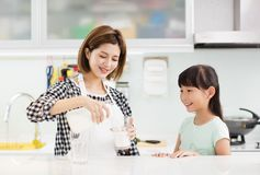 Μητέρα και παιδί στο πόσιμο γάλα κουζινών στοκ φωτογραφία με δικαίωμα ελεύθερης χρήσης