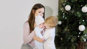 Μητέρα και παιδιά κοντά στο χριστουγεννιάτικο δέντρο στοκ φωτογραφία με δικαίωμα ελεύθερης χρήσης
