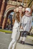 Μητέρα και παιδί κοντά Arc de Triomf που δείχνει σε κάτι Στοκ φωτογραφία με δικαίωμα ελεύθερης χρήσης