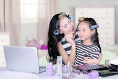 Μητέρα και παιδί με το makeup στην κρεβατοκάμαρα Στοκ εικόνα με δικαίωμα ελεύθερης χρήσης