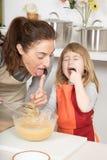 Μητέρα και παιδί που δοκιμάζουν την κτυπημένη κρέμα συγχρόνως Στοκ φωτογραφίες με δικαίωμα ελεύθερης χρήσης