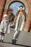 Μητέρα και παιδί που στέκονται κοντά Arc de Triomf στη Βαρκελώνη Στοκ Εικόνες