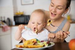 Μητέρα και παιδί που τρώνε από κοινού Στοκ Φωτογραφία