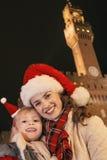 Μητέρα και παιδί στα καπέλα Χριστουγέννων κοντά σε Palazzo Vecchio, Ιταλία Στοκ εικόνες με δικαίωμα ελεύθερης χρήσης