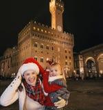 Μητέρα και παιδί στα καπέλα Χριστουγέννων παιχνίδι της Φλωρεντίας, Ιταλία Στοκ Φωτογραφία