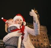 Μητέρα και παιδί στα καπέλα Χριστουγέννων που παίρνουν selfie στη Φλωρεντία Στοκ Φωτογραφίες