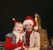 Μητέρα και παιδί στα καπέλα Χριστουγέννων σε χρησιμοποίηση της Φλωρεντίας κινητή Στοκ εικόνες με δικαίωμα ελεύθερης χρήσης
