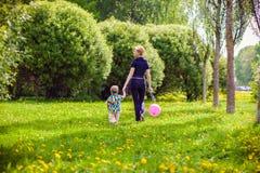 Μητέρα και παιδί στη φύση στοκ εικόνες με δικαίωμα ελεύθερης χρήσης