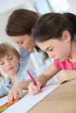 Μητέρα και παιδιά που ξοδεύουν στο σπίτι το χρόνο από κοινού Στοκ εικόνα με δικαίωμα ελεύθερης χρήσης