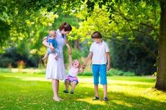 Μητέρα και παιδιά σε ένα πάρκο Στοκ φωτογραφία με δικαίωμα ελεύθερης χρήσης