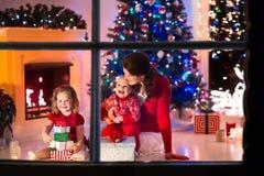 Μητέρα και παιδιά στο σπίτι στη Παραμονή Χριστουγέννων στοκ φωτογραφίες με δικαίωμα ελεύθερης χρήσης