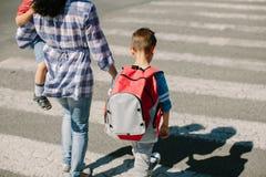 Μητέρα και τα παιδιά της για να διασχίσει περίπου το δρόμο Στοκ εικόνες με δικαίωμα ελεύθερης χρήσης