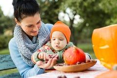 Μητέρα και το παιδί της που παίζουν με τα κάστανα Στοκ εικόνα με δικαίωμα ελεύθερης χρήσης
