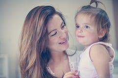 Μητέρα και το χαριτωμένο μωρό της στο σπίτι Μητέρα που κρατά λίγο μωρό μέσα Στοκ φωτογραφίες με δικαίωμα ελεύθερης χρήσης