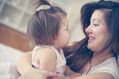 Μητέρα και το χαριτωμένο μωρό της στο σπίτι Μητέρα που κρατά λίγο μωρό μέσα Στοκ Εικόνα