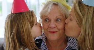Μητέρα και φιλώντας γιαγιά στο σπίτι 4k κορών απόθεμα βίντεο