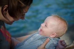Μητέρα και χαμογελώντας μωρό Στοκ φωτογραφία με δικαίωμα ελεύθερης χρήσης