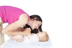 Μητέρα και όμορφο μωρό Στοκ φωτογραφία με δικαίωμα ελεύθερης χρήσης