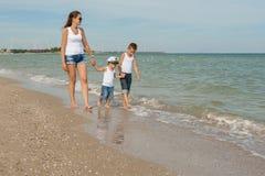 Μητέρα και δύο γιοι της που έχουν τη διασκέδαση στην παραλία Στοκ φωτογραφίες με δικαίωμα ελεύθερης χρήσης