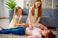 Μητέρα και δύο κόρες που παίζουν και που Στοκ Εικόνα
