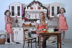 Μητέρα και δύο κόρες στην κουζίνα στοκ φωτογραφίες με δικαίωμα ελεύθερης χρήσης