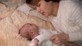 μητέρα κορών νεογέννητη απόθεμα βίντεο