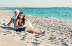 μητέρα κορών παραλιών Στοκ φωτογραφία με δικαίωμα ελεύθερης χρήσης