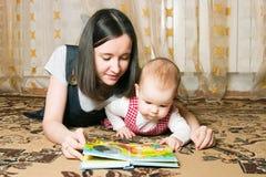 μητέρα κορών που διαβάζει Στοκ Φωτογραφία
