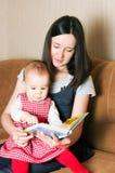 μητέρα κορών που διαβάζει στοκ εικόνα με δικαίωμα ελεύθερης χρήσης