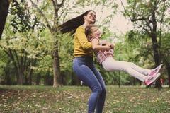μητέρα κορών που παίζει από &kapp Στοκ Φωτογραφία
