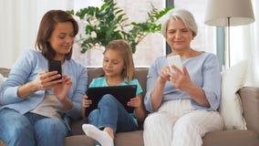 Μητέρα, κόρη και γιαγιά με τις συσκευές φιλμ μικρού μήκους