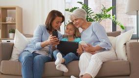 Μητέρα, κόρη και γιαγιά με τις συσκευές απόθεμα βίντεο