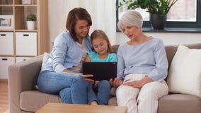 Μητέρα, κόρη και γιαγιά με το PC ταμπλετών απόθεμα βίντεο