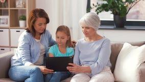 Μητέρα, κόρη και γιαγιά με το PC ταμπλετών φιλμ μικρού μήκους