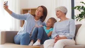 Μητέρα, κόρη και γιαγιά που παίρνουν selfie απόθεμα βίντεο