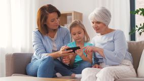 Μητέρα, κόρη και γιαγιά που παίρνουν selfie φιλμ μικρού μήκους