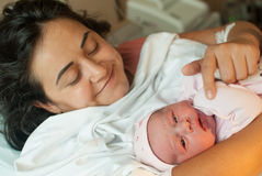 Μητέρα με έναν νέο - γεννημένο μωρό Στοκ φωτογραφία με δικαίωμα ελεύθερης χρήσης