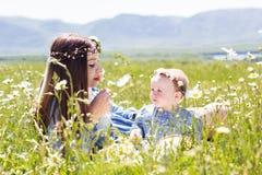 Μητέρα με λίγη κόρη στο camomile λιβάδι Στοκ Εικόνες