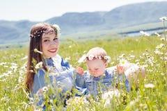Μητέρα με λίγη κόρη στο camomile λιβάδι Στοκ φωτογραφία με δικαίωμα ελεύθερης χρήσης