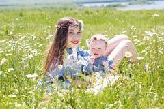 Μητέρα με λίγη κόρη στο camomile λιβάδι Στοκ Φωτογραφία
