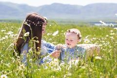 Μητέρα με λίγη κόρη στο camomile λιβάδι Στοκ φωτογραφίες με δικαίωμα ελεύθερης χρήσης