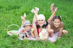 Μητέρα με δύο παιδιά που έχουν το πικ-νίκ υπαίθρια στοκ φωτογραφία με δικαίωμα ελεύθερης χρήσης